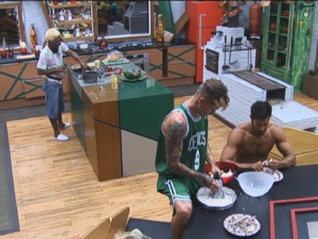 1.jul.2013 - Mateus e Beto colocam a mão na massa e preparam cocada para os colegas de confinamento