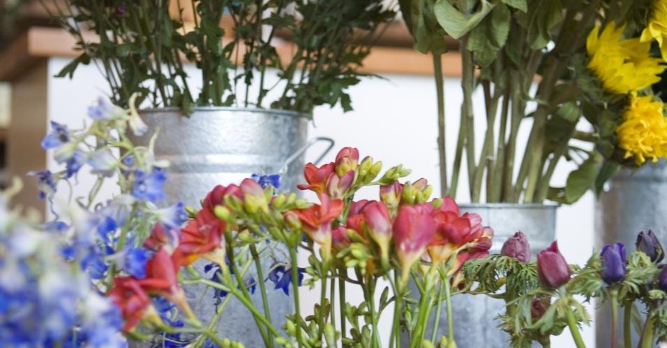 Combinar diversos tipos de flores em vasos de metais também é uma ótima pedida para a decoração de um casamento rústico