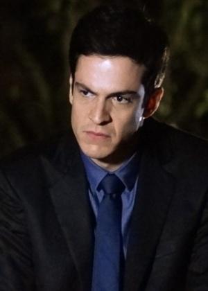 """Em """"Amor à Vida"""", Félix reclama de volta de Atílio e Jonathan ouve tudo"""