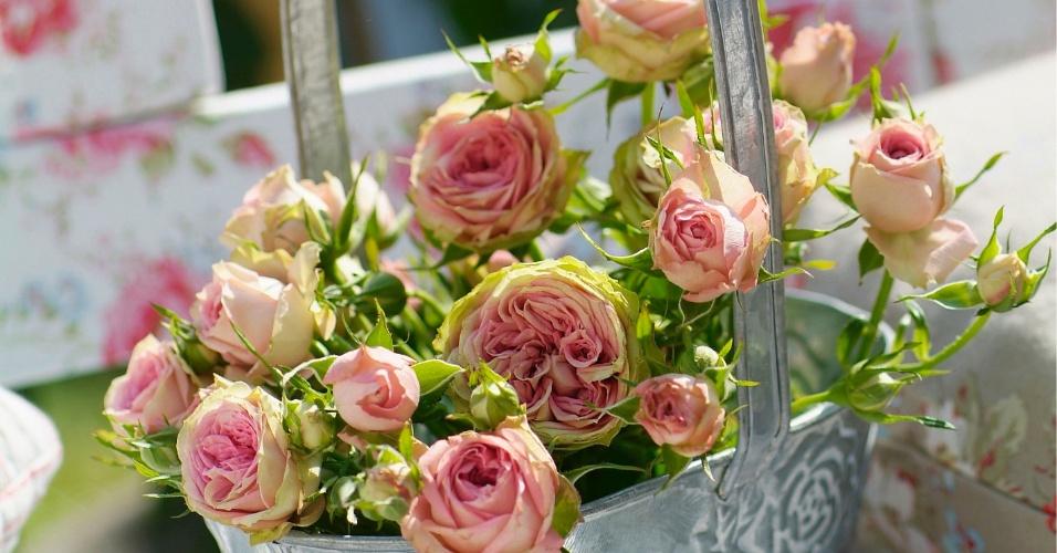 Flores dispostas em vasos de metal ou regadores antigos formam arranjos com um ar mais rústico. Recipientes de metal ou regadores antigos dão um toque de brilho à decoração, mas sem perder a cara de campestre