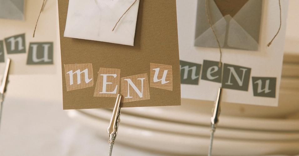 Menus feitos com papelão e porta-recados: essa é uma ótima ideia que o próprio casal pode elaborar. Basta comprar porta-recados, à venda em papelarias, e fazer o menu da refeição em cartões de papelão