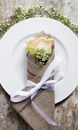 Com porta-guardanapos de linho, enfeitado com flores e laço, as mesas do brunch ou almoço do casamento rústico ficarão uma graça