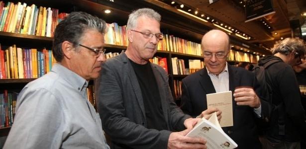 O jornalista Pedro Bial e o ex-governador de São Paulo, José Serra, participaram na noite desta segunda-feira (1) da leitura do livro