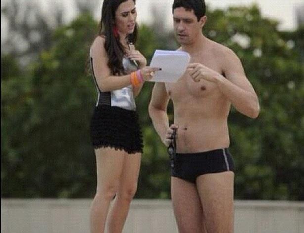 Tatá Werneck e o nadador Gustavo Borges estudam texto da cena que gravaram juntos para a novela