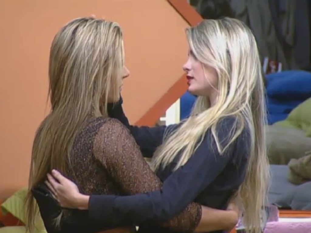 02.jul.2013 - Após desavenças logo na primeira semana, Bárbara e Denise se abraçam