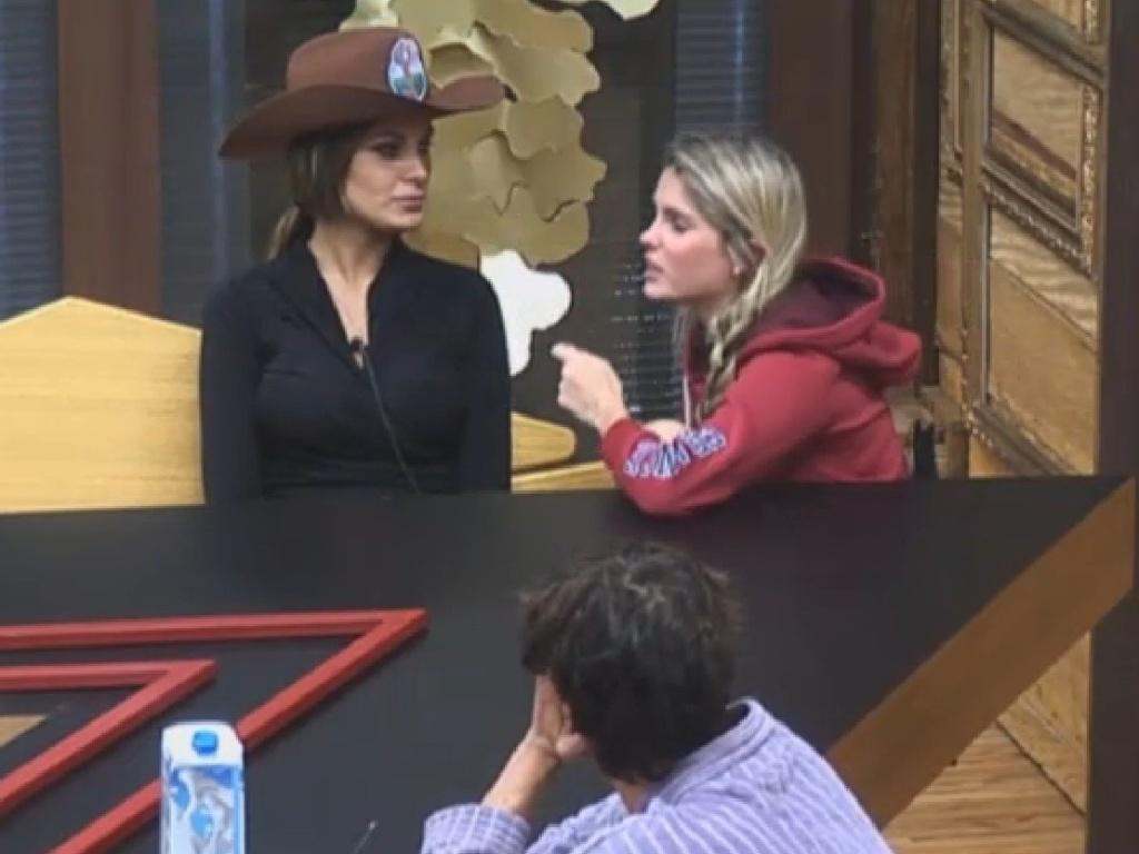 02.jul.2013 - Bárbara, Andressa e Lu conversam na cozinha