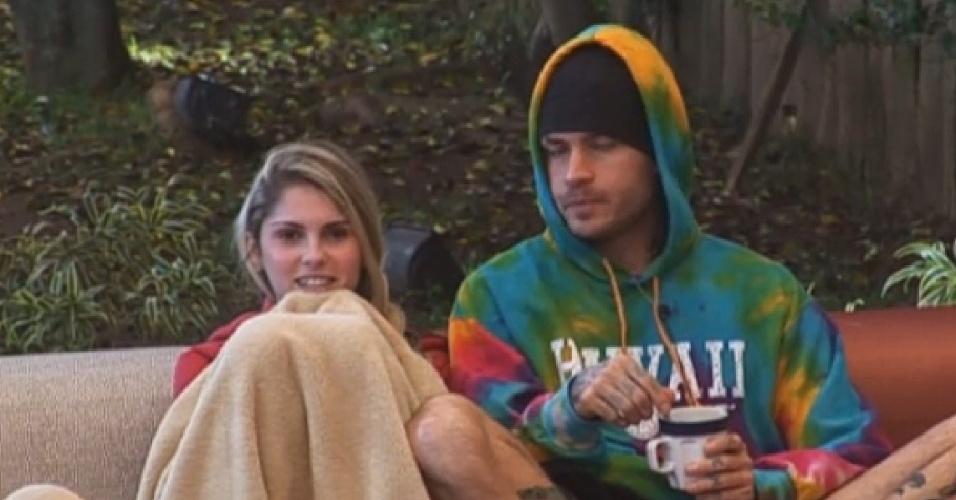 02.jul.2013 - Bárbara diz que está solteira e Mateus se aproxima dela