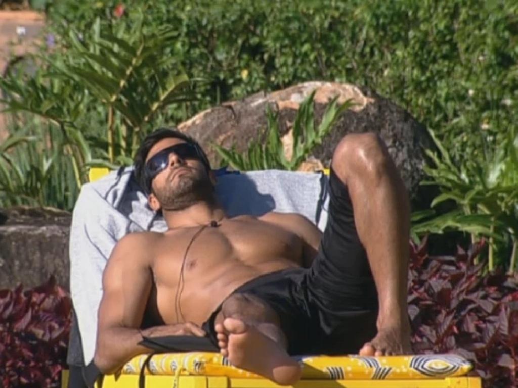 02.jul.2013 - Beto Malfacini exibe a boa forma na piscina na tarde desta terça-feira