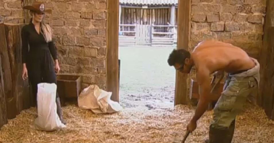 02.jul.2013 - Com ajuda da fazendeira Andressa Urach, Beto Malfacini limpa a área dos pôneis