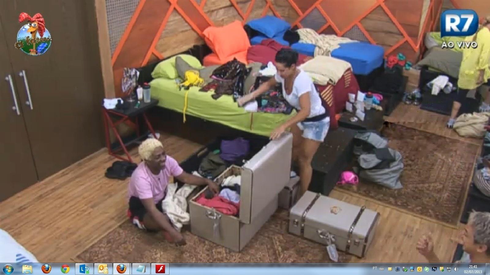 02.jul.2013 - Ivo Meirelles e Scheila Carvalho ajudam Denise Rocha a fazer as malas