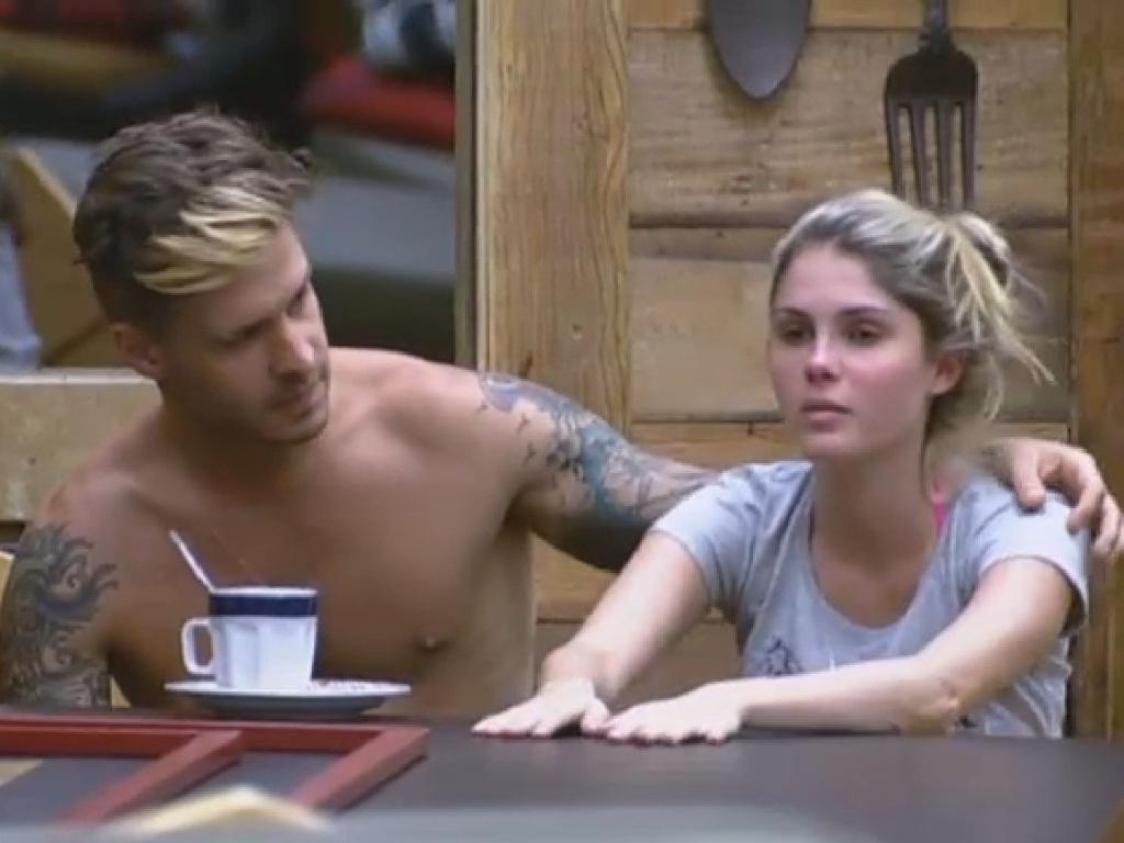02.jul.2013 - Mateus pergunta para Bárbara se ela está carente nesta terça-feira