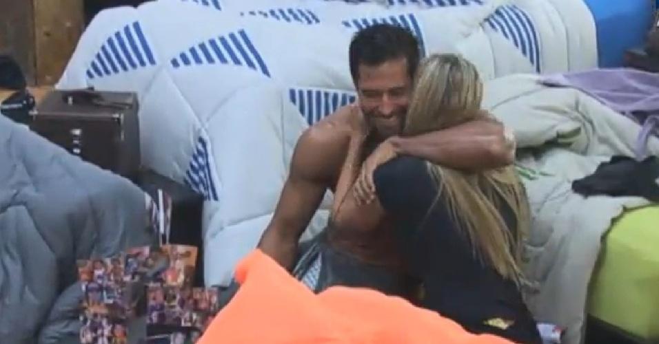 02.jul.2013 - Rolou um clima! Beto Malfacini e Aryane Steinkopf se abraçam