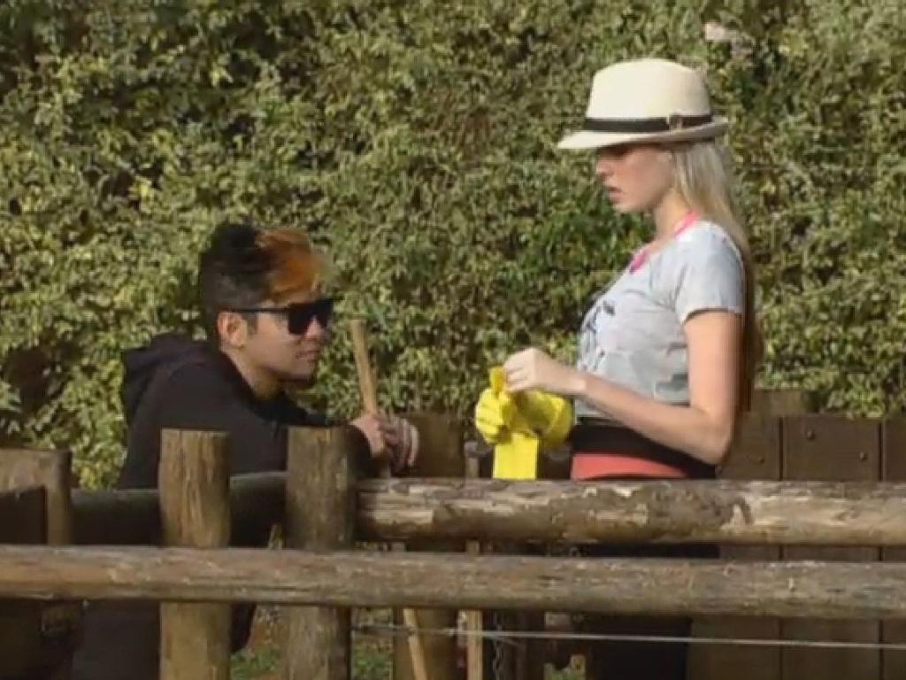 02.jul.2013 - Yudi e Bárbara conversam enquanto modelo cumpre com as obrigações na manhã desta terça-feira