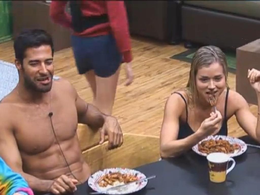 02.jul.2103 - Beto prepara jantar para Aryane, mas enche prato de pimenta e ex-panicat não consegue comer