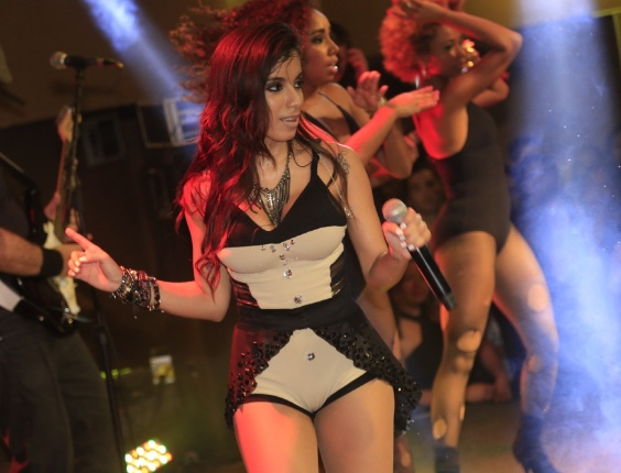 1.jul.2013 - Anitta se apresenta no evento Baile do Babado Novo no Barra Hall, em Salvador
