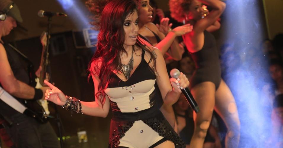 1.jul.2013 - Anitta se apresenta no evento Baile do Babado Novo no Barra Hall, em Salvador