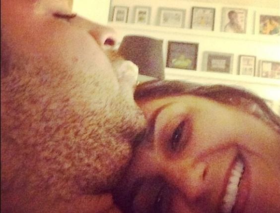 2.jul.2013 - Renata Fontes publica foto ao lado de Adriano e diz que vai ser mãe de uma menina