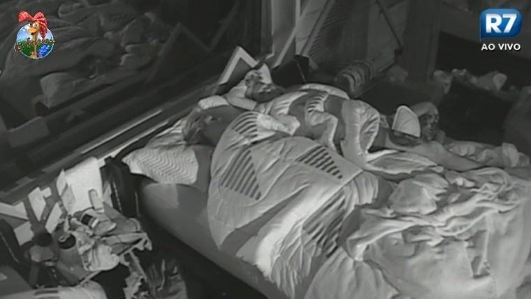 02.jul.2013 - Após intriga entre Ivo e Rita, Bárbara Evans e Mateus passam a dividir a mesma cama