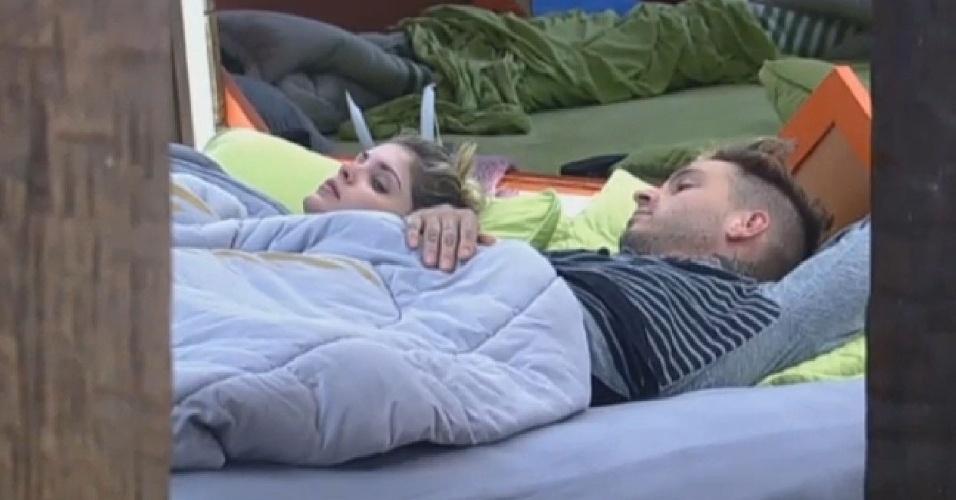3.jul.2013 - Bárbara Evans volta a cama ao lado de Mateus; os dois dividiram a cama de casal durante a madrugada