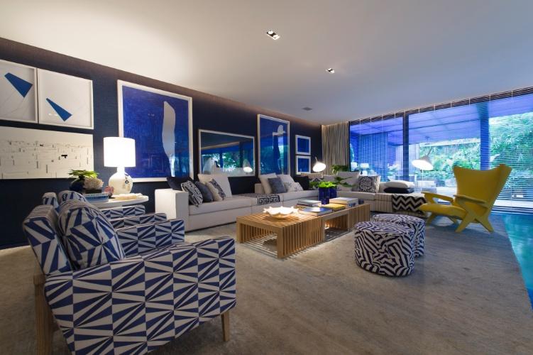 """A Casa de Praia idealizada pelo arquiteto Roberto Migotto, tem o azul """"klein"""" como base decorativa. A cor preenche móveis, objetos e paredes do ambiente de estar. A 27ª Casa Cor SP segue até dia 21 de julho de 2013, no Jockey Club de São Paulo"""