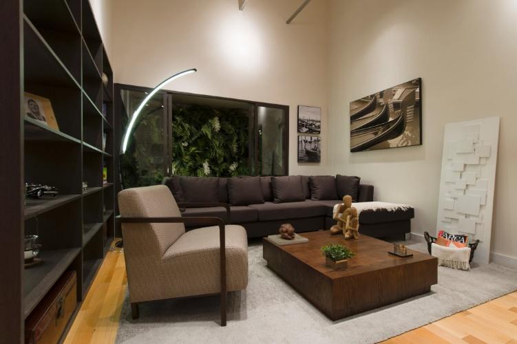 Ao lado da sala do Loft do Italiano, projeto assinado pela dupla Andrea Pontes e Matteo Nunziati, há um jardim interno que complementa a decoração do estar. A 27ª Casa Cor SP segue até dia 21 de julho de 2013, no Jockey Club de São Paulo