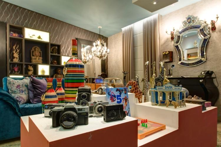 Na Sala do Colecionador, o profissional Edu Longo propõe um espaço para reunir os amigos e principalmente um local para reunir peças de coleção. No ambiente, há máquinas fotográficas antigas, brinquedos dos anos 1980 e objetos de antiquário. A 27ª Casa Cor SP segue até dia 21 de julho de 2013, no Jockey Club de São Paulo