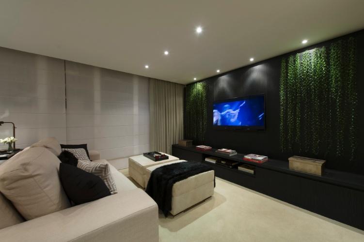 """O Home Office Weekend, das arquitetas Monise Rosa e Isabella Narchi, é um ambiente para lazer e trabalho. Na área de estar, com TV, a """"cortina verde"""" se alinha à decoração de cores sóbrias. A 27ª Casa Cor SP segue até dia 21 de julho de 2013, no Jockey Club de São Paulo"""