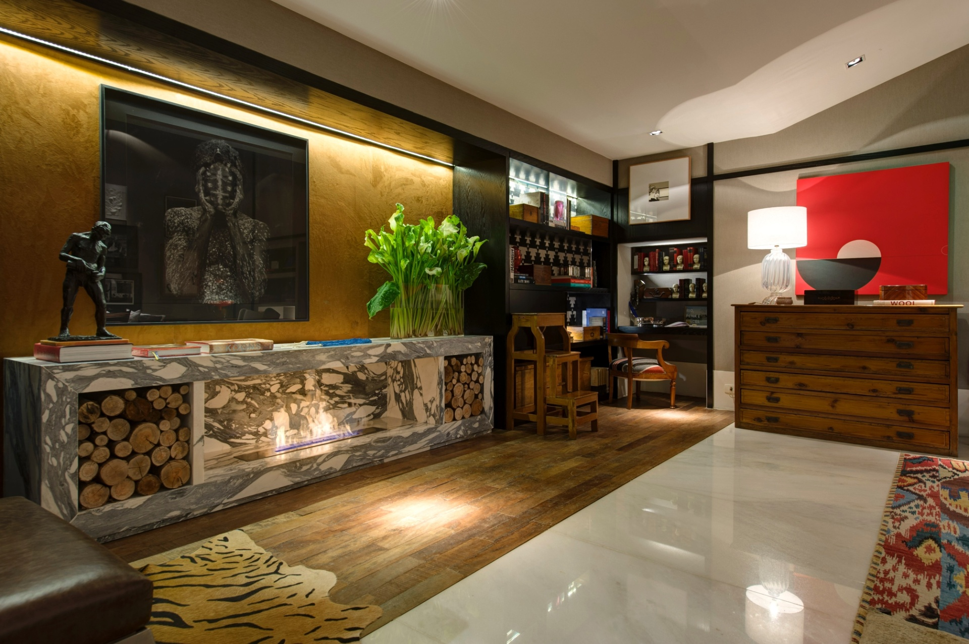 Para a composição do Living, de 100 m², Paola Ribeiro mescla texturas, estampas e objetos. Junto ao piso de demolição, a profissional usou também como revestimento um mármore branco cintilante. À esq., em destaque,  a lareira que deixa o ambiente mais aconchegante. A 27ª Casa Cor SP segue até dia 21 de julho de 2013, no Jockey Club de São Paulo
