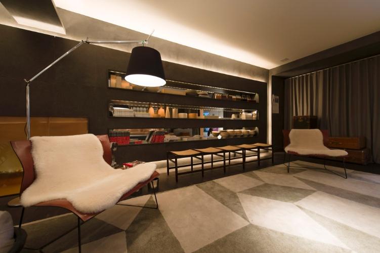 Para o Loft do Jovem Empresário, David Bastos usou uma estante vazada para separar dois ambientes de estar. À frente do móvel, um desses espaços. A 27ª Casa Cor SP segue até dia 21 de julho de 2013, no Jockey Club de São Paulo