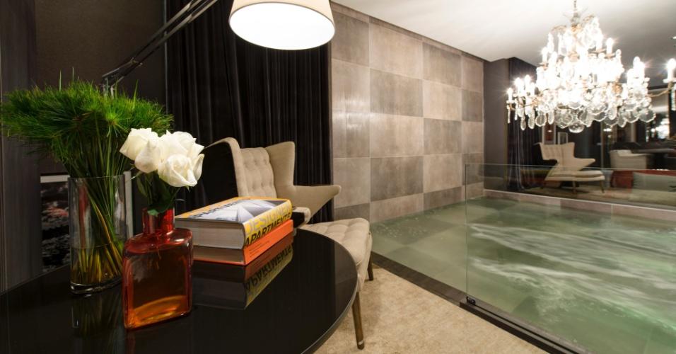 Na área dedicada ao living do Studio 02, assinado pelo arquiteto Francisco Calio projetou, o elemento de destaque é uma piscina com jatos de hidromassagem. A 27ª Casa Cor SP segue até dia 21 de julho de 2013, no Jockey Club de São Paulo