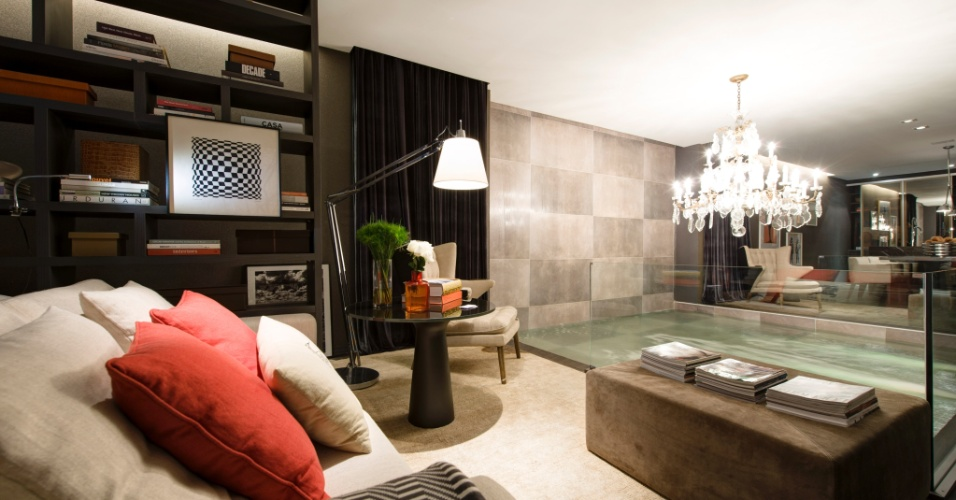Para o Studio 02, o arquiteto Francisco Calio projetou uma piscina como elemetro central e aglutinador de almbientes como living, suíte e cozinha gourmet. A 27ª Casa Cor SP segue até dia 21 de julho de 2013, no Jockey Club de São Paulo
