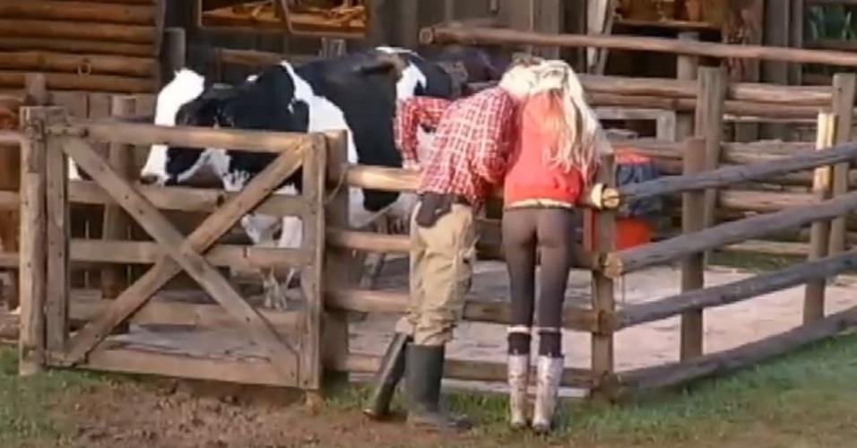 04.jul.2013 - Após ficarem juntos durante festa, Mateus beija Bárbara antes de cuidar das vacas na manhã desta quarta-feira