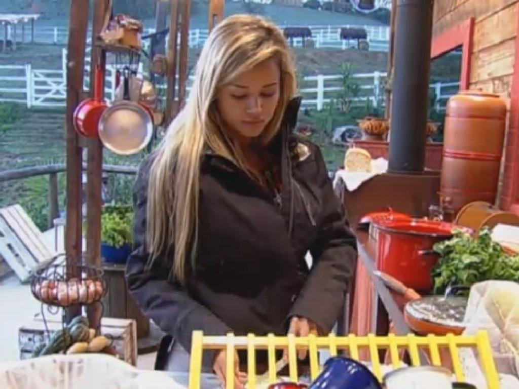 04.jul.2013 - Aryane prepara café da manhã na cozinha do celeiro