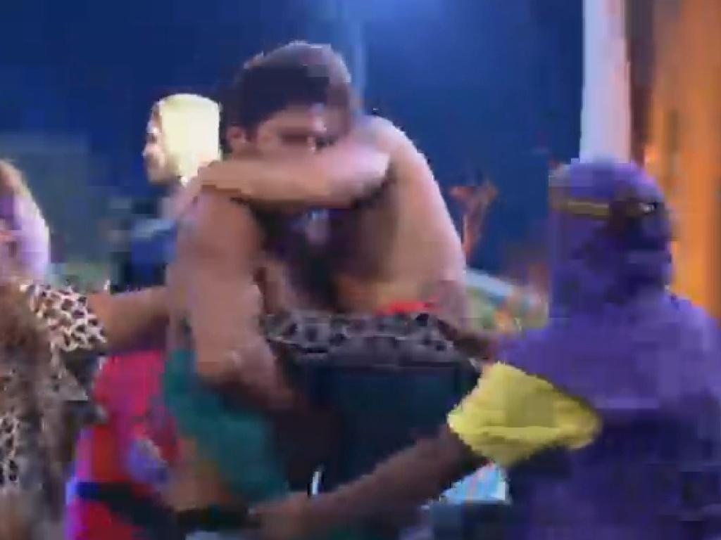 04.jul.2013 - Beto pega Mateus no colo em brincadeira durante festa