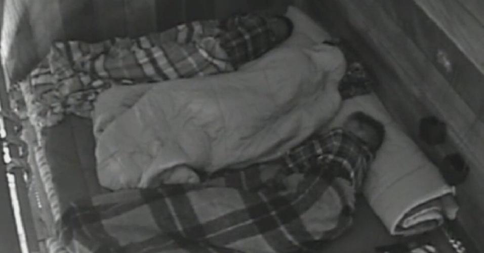 04.jul.2013 - Depois de ficar com Bárbara, Mateus vai dormir no celeiro com Yudi e Rita