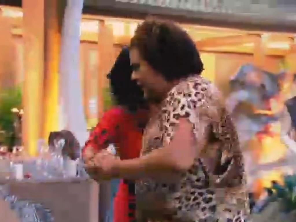 04.jul.2013 - Gominho e Scheila Carvalho dançam forró