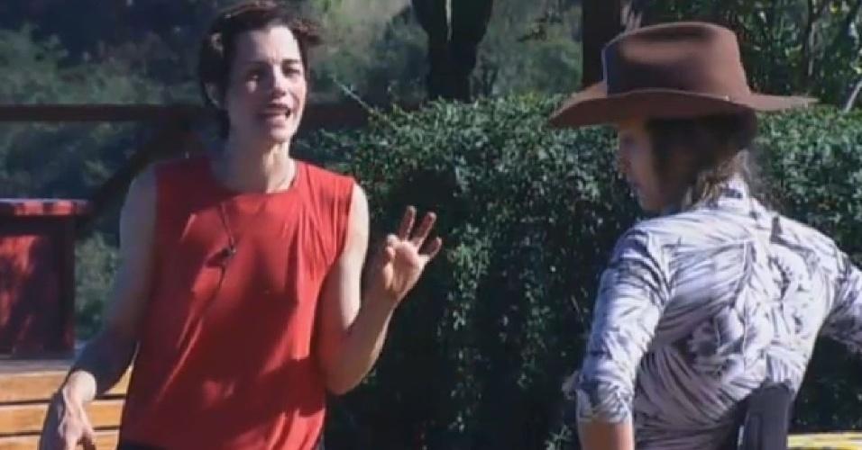 04.jul.2013 - Lu Schievano e a fazendeira Andressa Urach conversam durante as tarefas na manhã desta quinta-feira