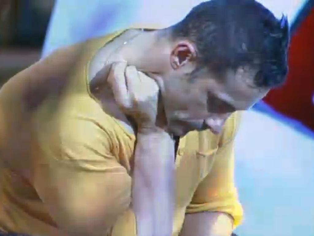 04,jul.2013 - Marcos Oliver faz pose de pensador durante festa
