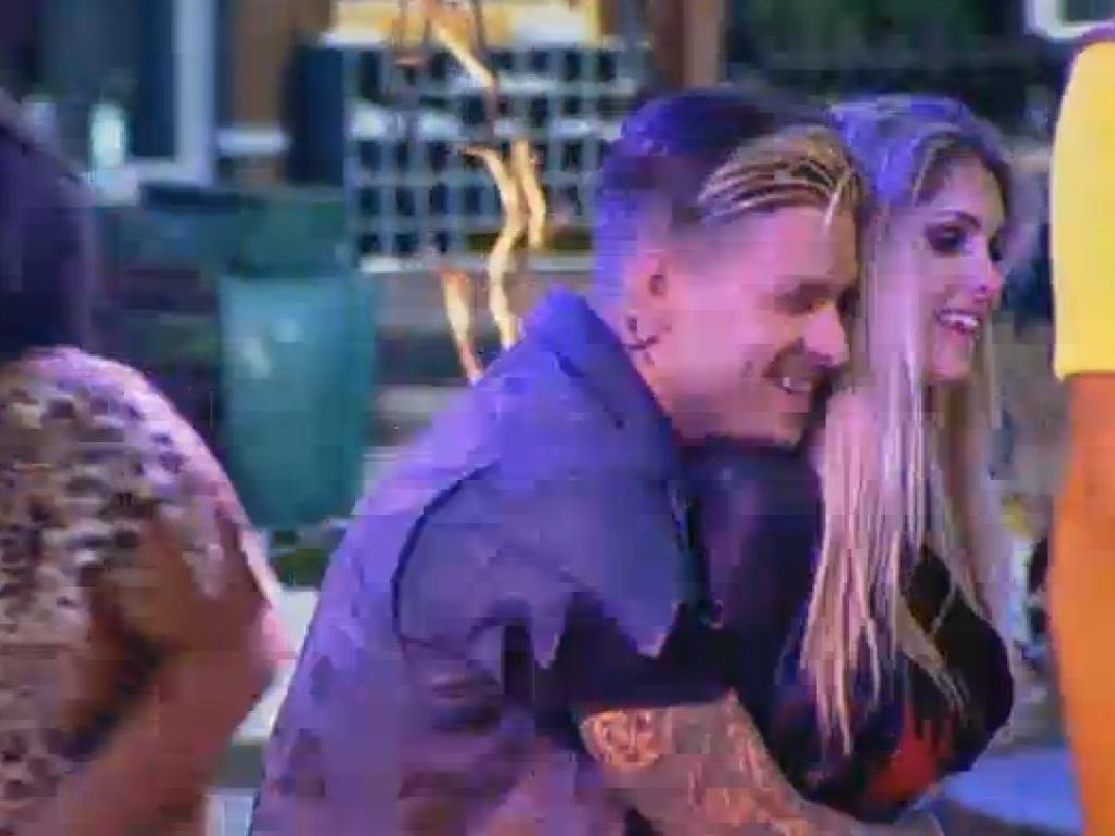04.jul.2013 - Mateus e Bárbara dançam agarradinhos
