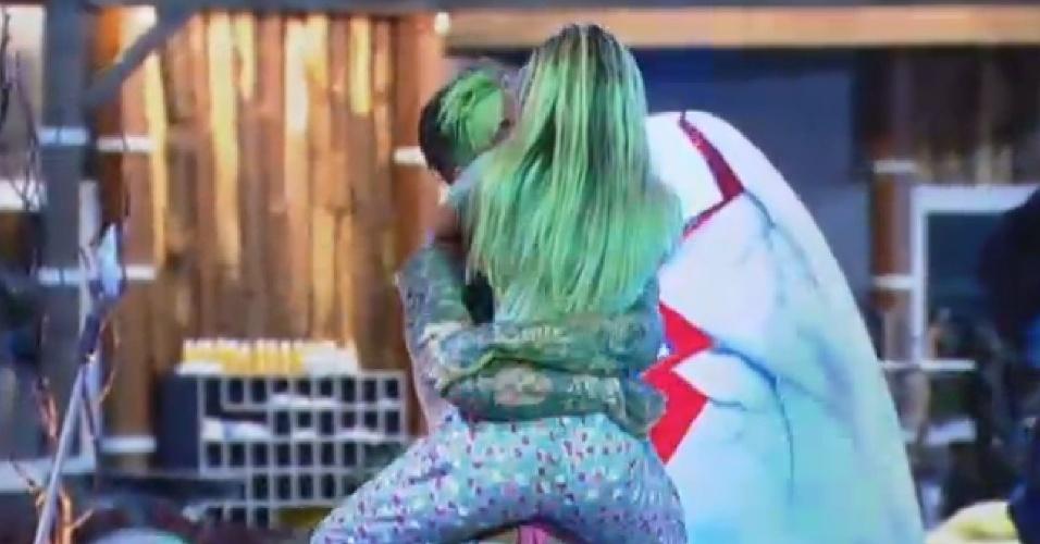 04.jul.2013 - Mateus Verdelho pega Bárbara no colo durante festa