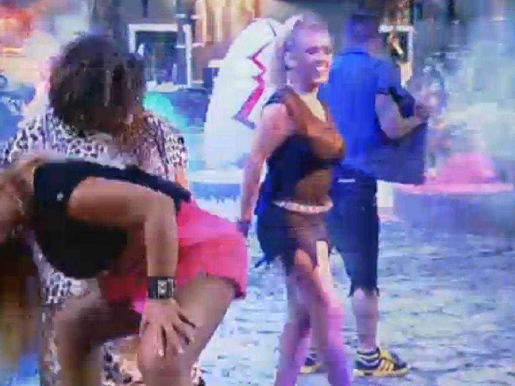 04.jul.2013 - Rita Cadillac dança com Gominho e Mulher Filé na segunda festa