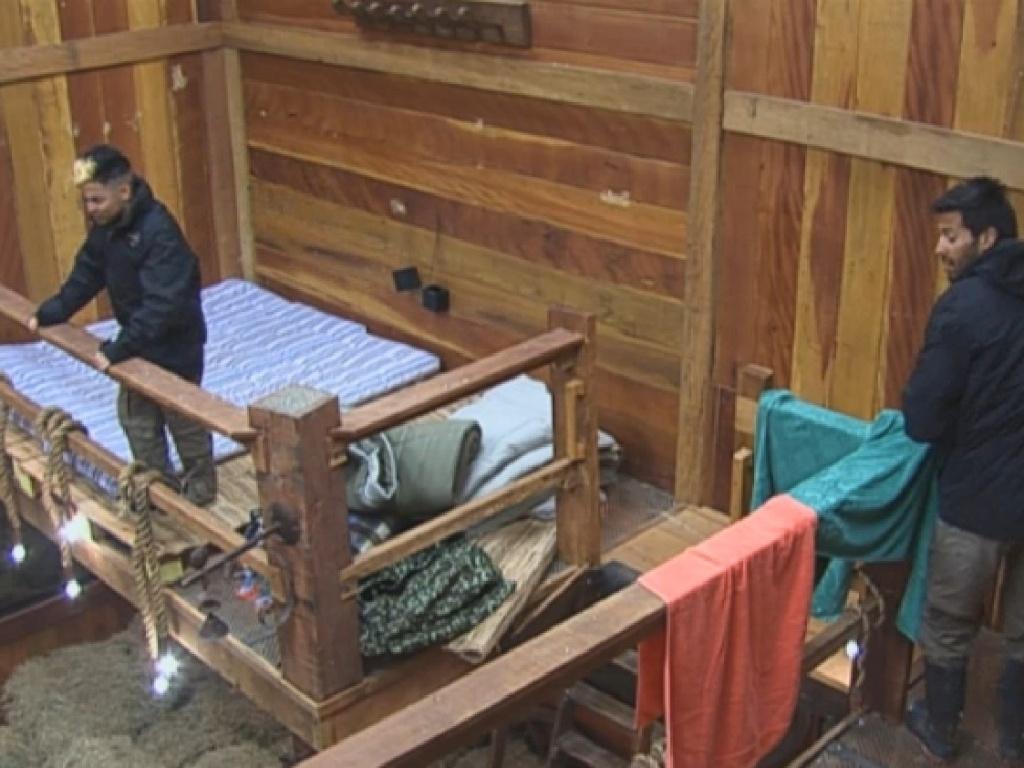 04.jul.2013 - Yudi e Beto arrumam camas improvisadas no celeiro