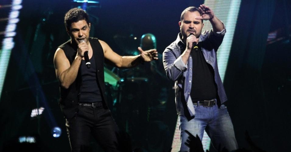 3.jul.2013 - A dupla Zezé Di Camargo e Luciano cantam ao lado de Naldo durante a gravação do DVD do artista carioca