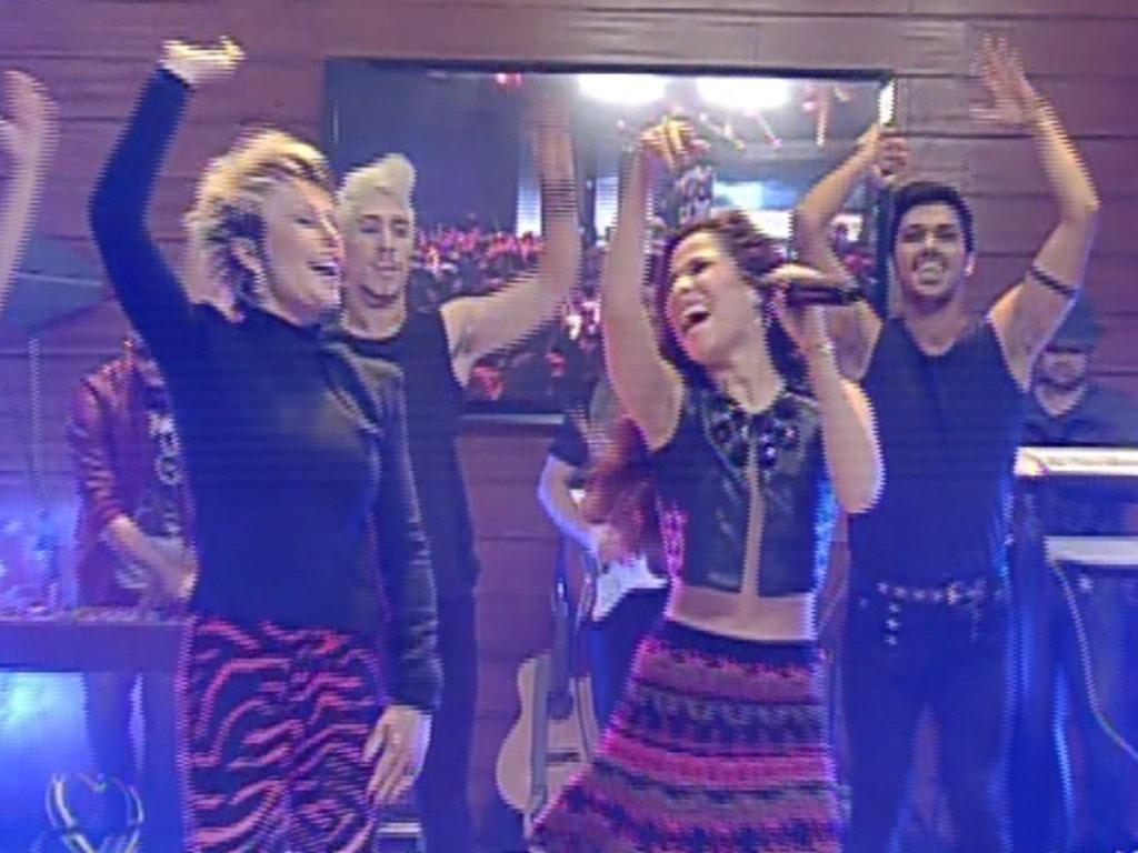 4.jul.2013 - Ana Maria dança com Wanessa durante o