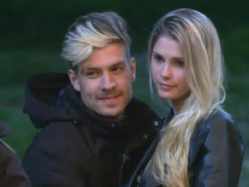 4.jul.2013 - Mateus e Bárbara trocam carinhos e aproveitam a noite no celeiro em clima romântico