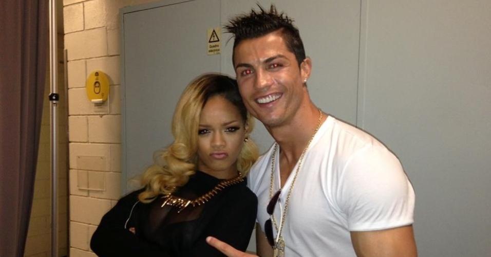 4.jul.2013 - Rihanna recebe Cristiano Ronaldo em seu camarim após show em Lisboa