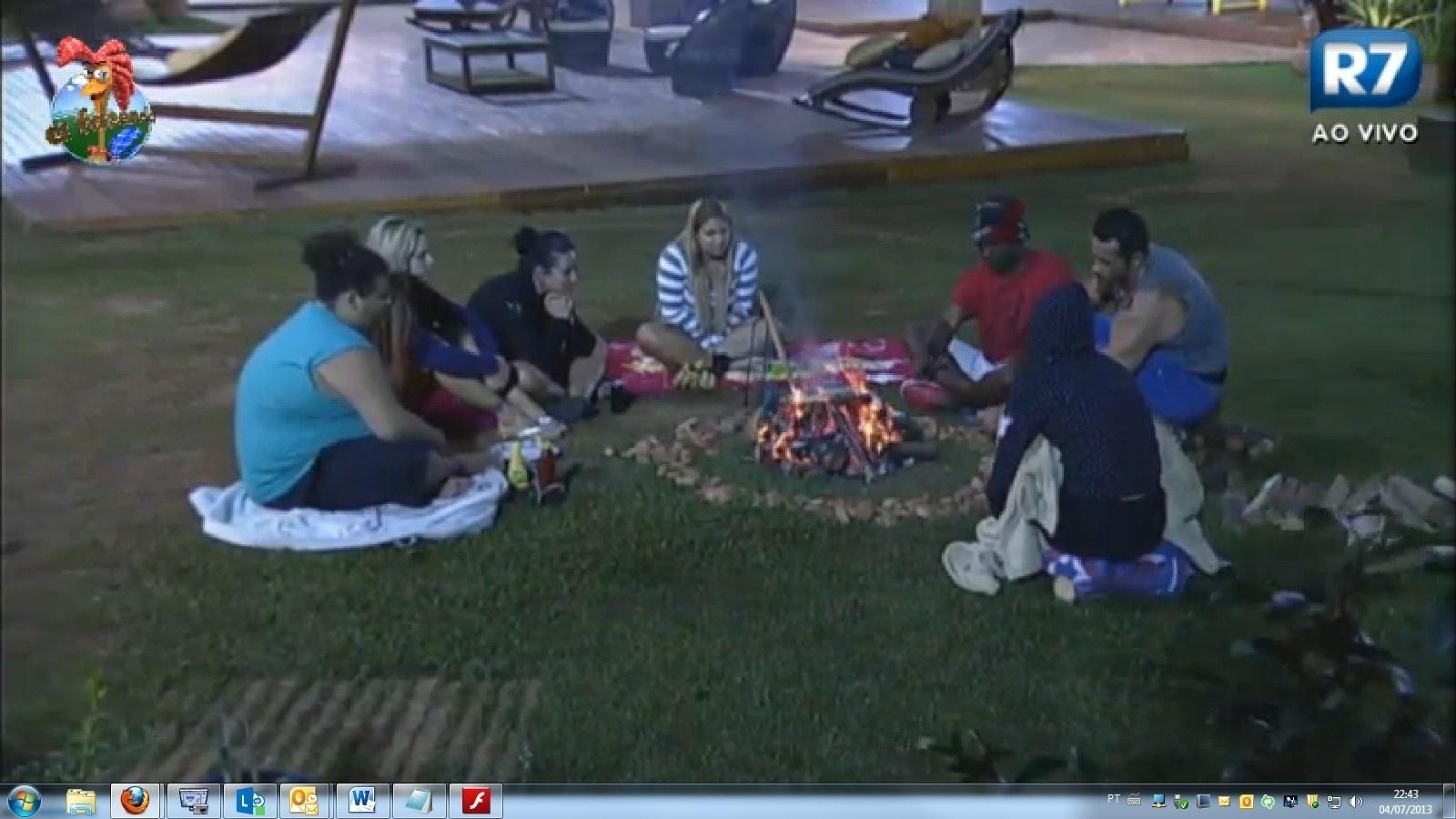 4.jul.2013 - Sem água encanada, os peões assam linguiça na fogueira do lado de fora da casa