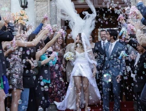 """Em """"Malhação"""", com direito a bolha de sabão, Bruno e Fatinha finalmente se casam"""