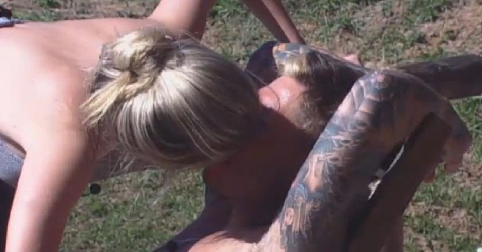 05.jul.2013 - Bárbara e Mateus se beijam na tarde desta sexta-feira