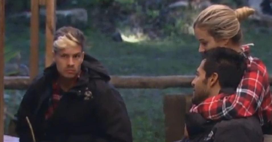 05.jul.2013 - Beto e Aryane conversam abraçadinhos